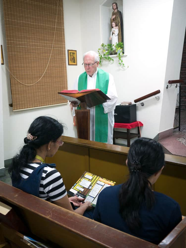 Father Anderson reads the Gospel during a weekday Mass at the Maryknoll house in Taichung. (N. Sprague/Taiwan)