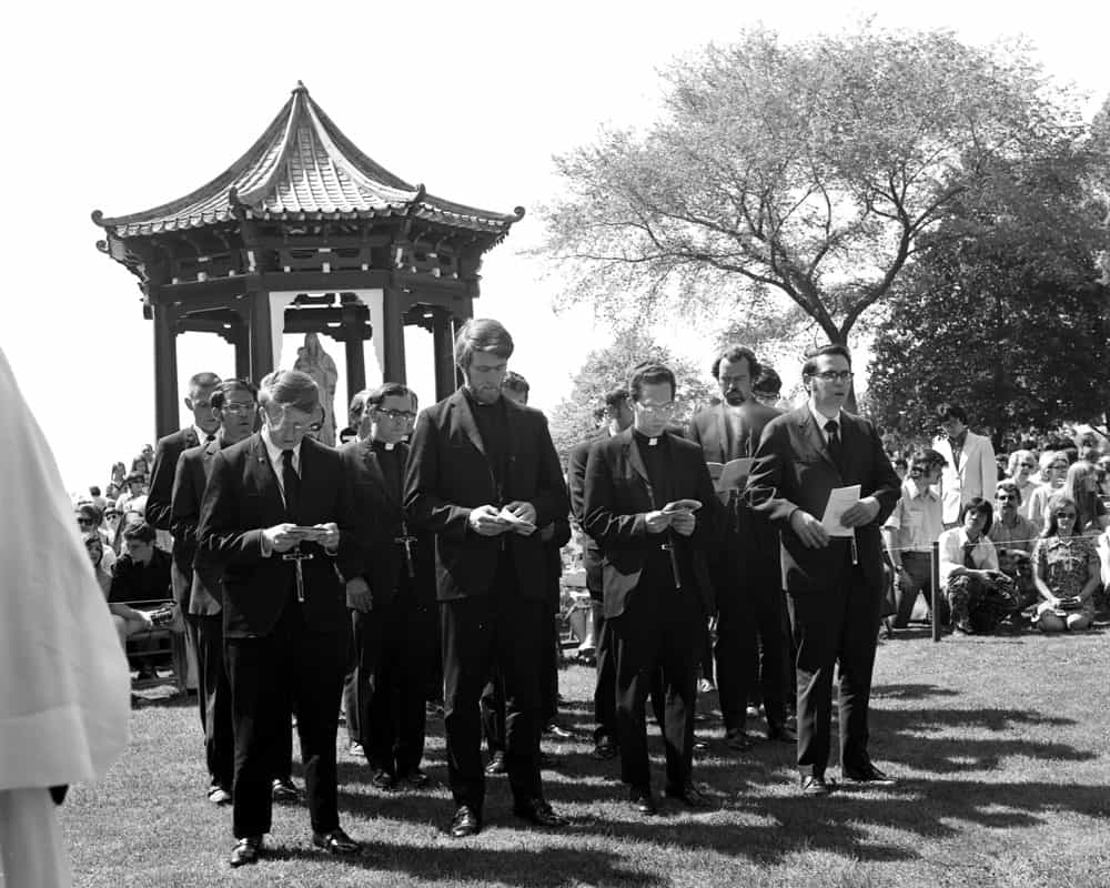 Father Anderson and other Maryknoll priests and brothers has their Sending Ceremony in 1972. (Maryknoll Mission Archives/U.S.)