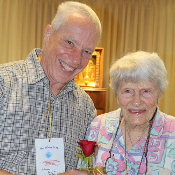 As they become prayer partners for Nicaragua, Sister Elizabeth Salmon gives Affiliate Ed Dugrenier a rose and a card with his prayer assignment. (S. King/U.S.)
