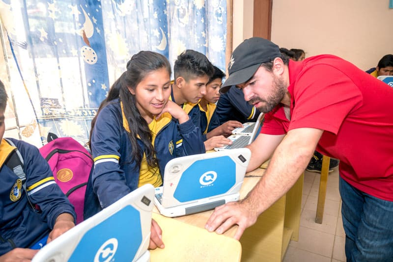 Volleyball values: Juan Gomez helping Rosa Torrico during computer class. (Nile Sprague/Bolivia)