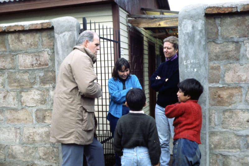 Father Henehan and Maryknoll Lay Missioners Simone Charpentier (center) and Susan Koenig with their young neighbors in Chile in 1990. (Maryknoll Mission Archives)