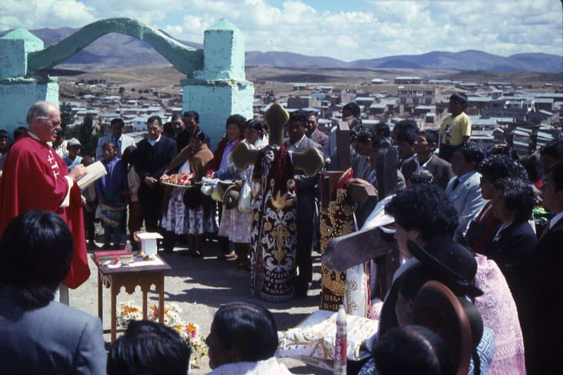 Fr. Henehan reads during Mass in Peru, 1994. (Maryknoll Mission Archives)
