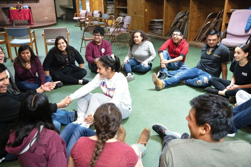 Teens and young adults participate in a dynamic during the weekly meeting of the Warriors of Peace group in the parish of St. Gall. (Octavio Durán / Illinois)