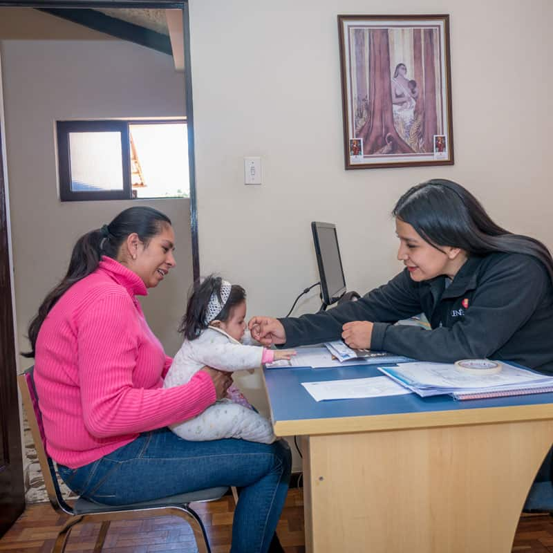Solidarity bridge: Ariane Castro (left) and her daughter Mariana visit Marizol Mamani, the social worker of Puente de Solidaridad. (Nile Sprague/Bolivia)